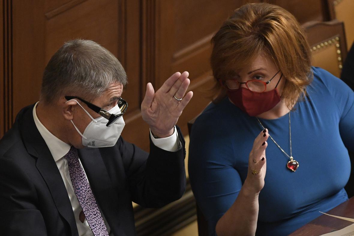 Premiér Andrej Babiš (ANO) a ministryně financí Alena Schillerová (za ANO) ve sněmovně