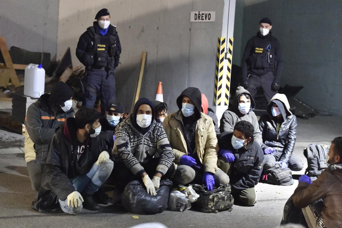 Ve čtvrtek zadrželi celníci kamion s desítkami běženců