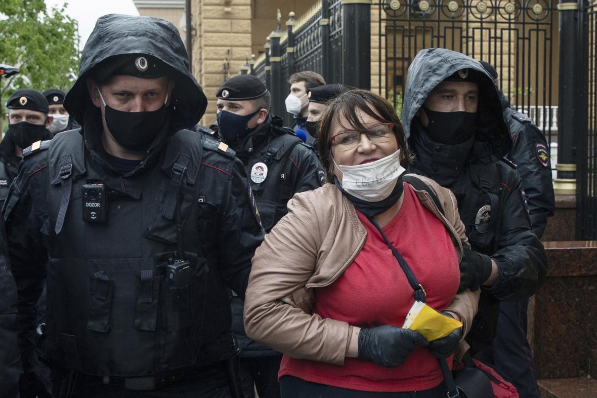 Policie zadržela Galjaminovou, i když protestovala sama