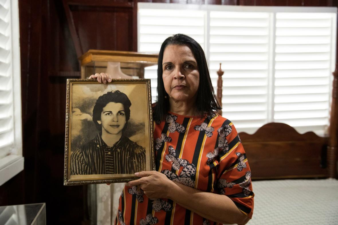 Minou Tavarez Mirabal s portrétem své matky Minervy