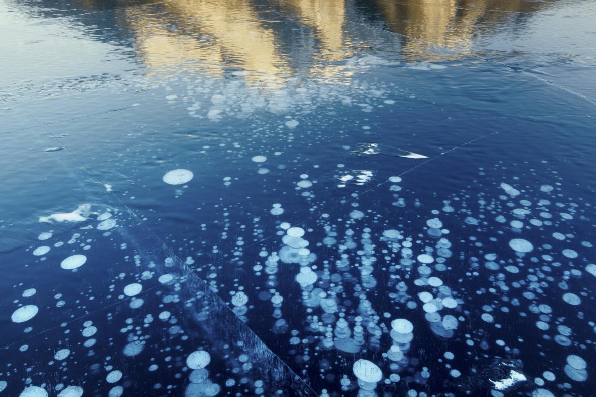 Bublinky metanu uvolňující se z jezera