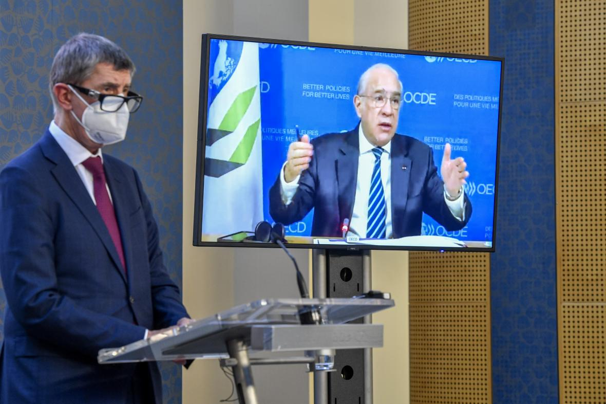 Premiér Andrej Babiš (ANO) a generální tajemník OECD Angel Gurría (na obrazovce)