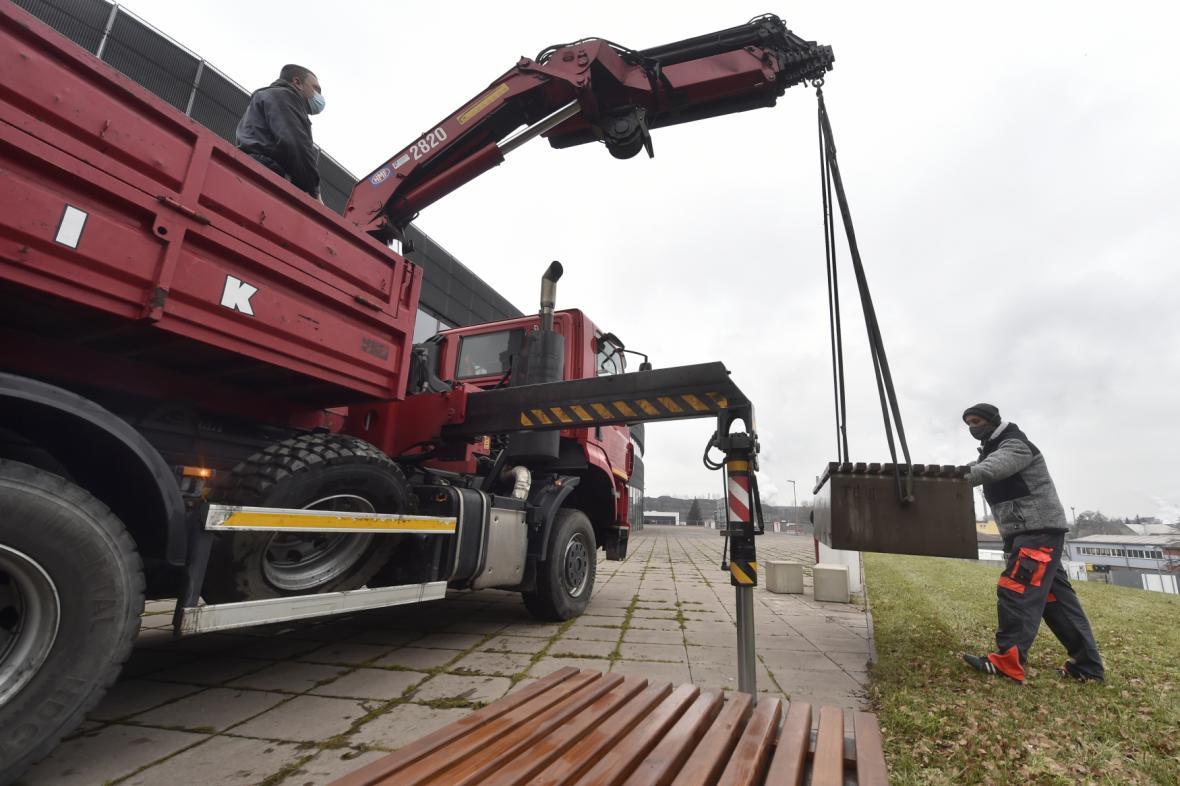 V Třinci naisntalovali speciální lavičky z těžkého betonu