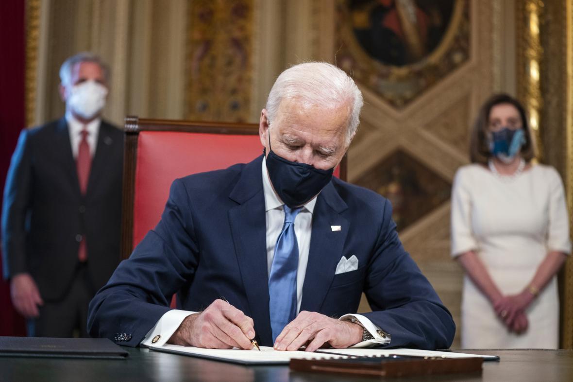 Nový americký prezident Biden podepisuje inaugurační dokumenty