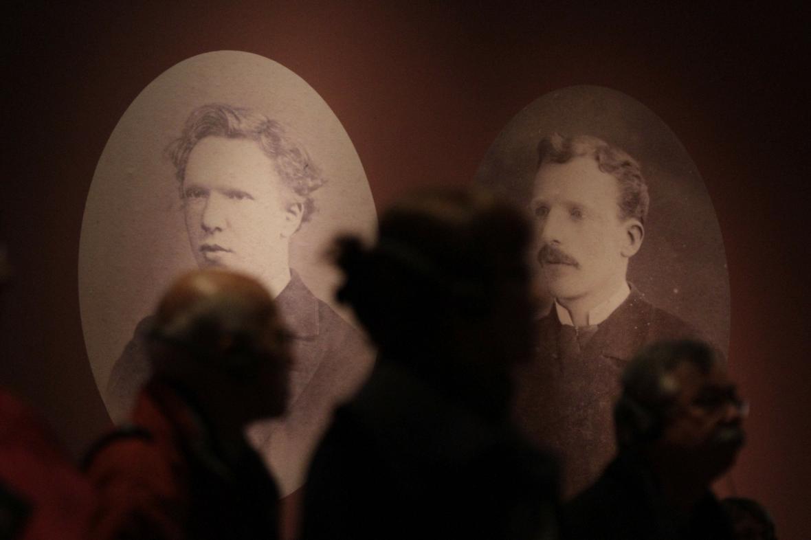 Vincent van Gogh (vlevo) s bratrem Theodorem (vpravo)