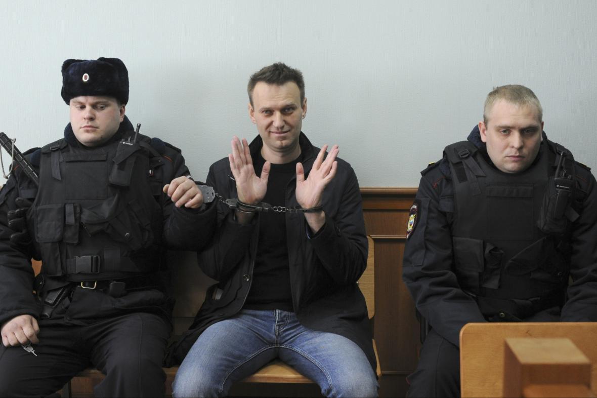 Navalnyj u moskevského soudu v roce 2017