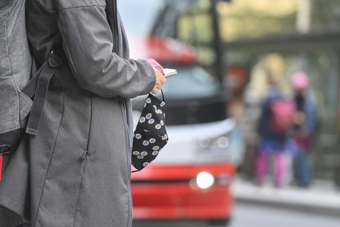 Cestující s rouškou na ochranu proti koronaviru