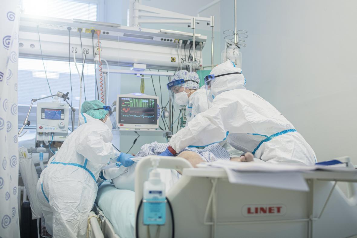 Zdravotnice se starají o pacienta s covid-19