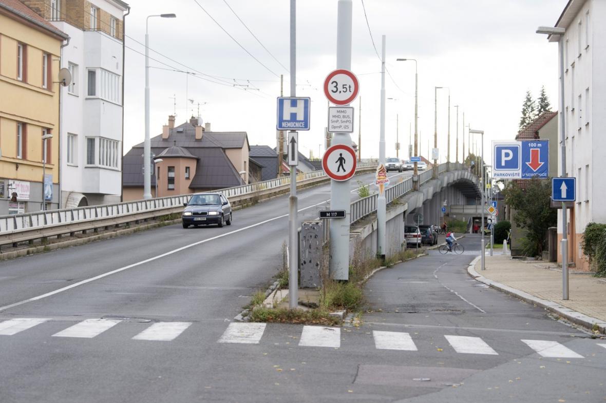 Most přes železniční trať a ulici kapitána Jaroše v Pardubicích