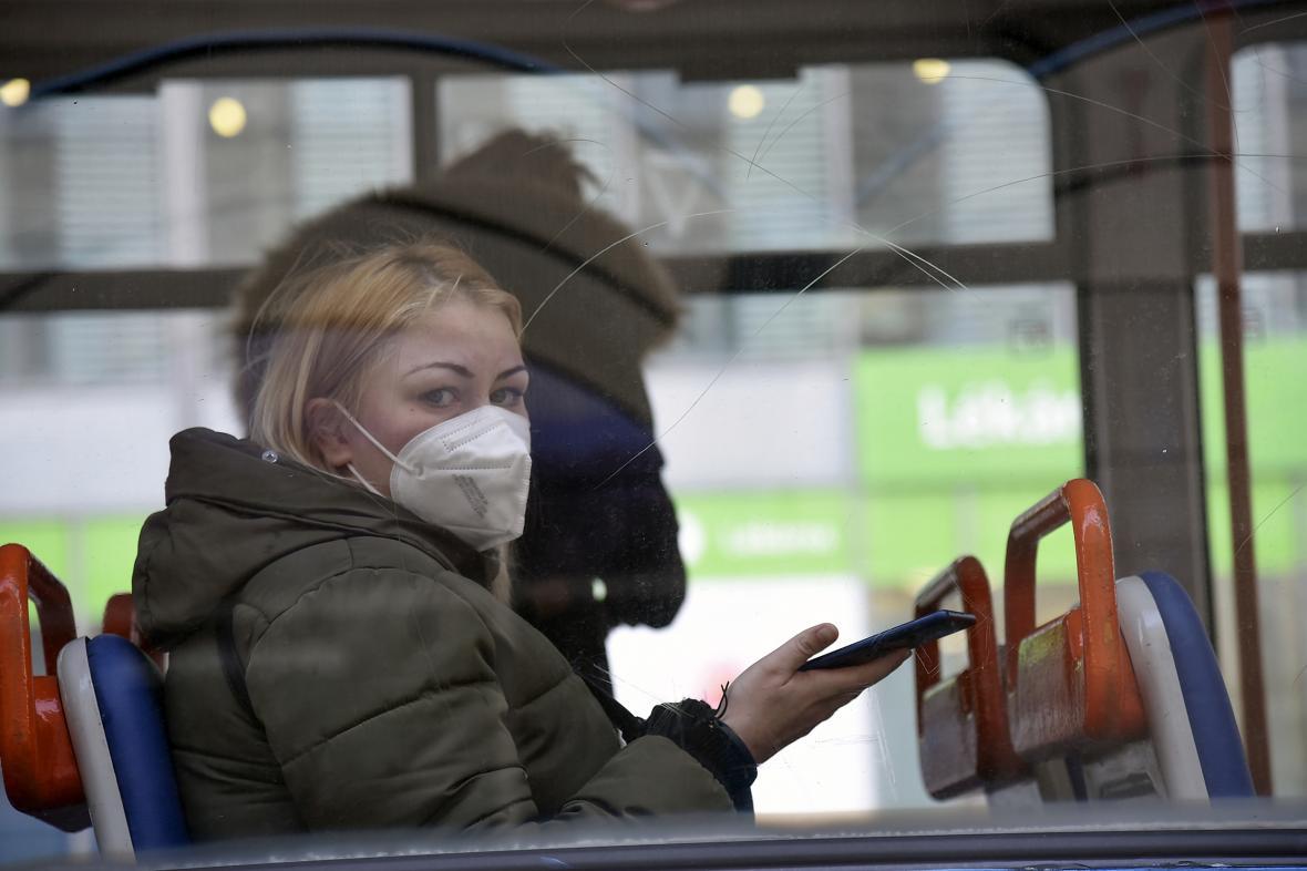 Cestující s respirátorem