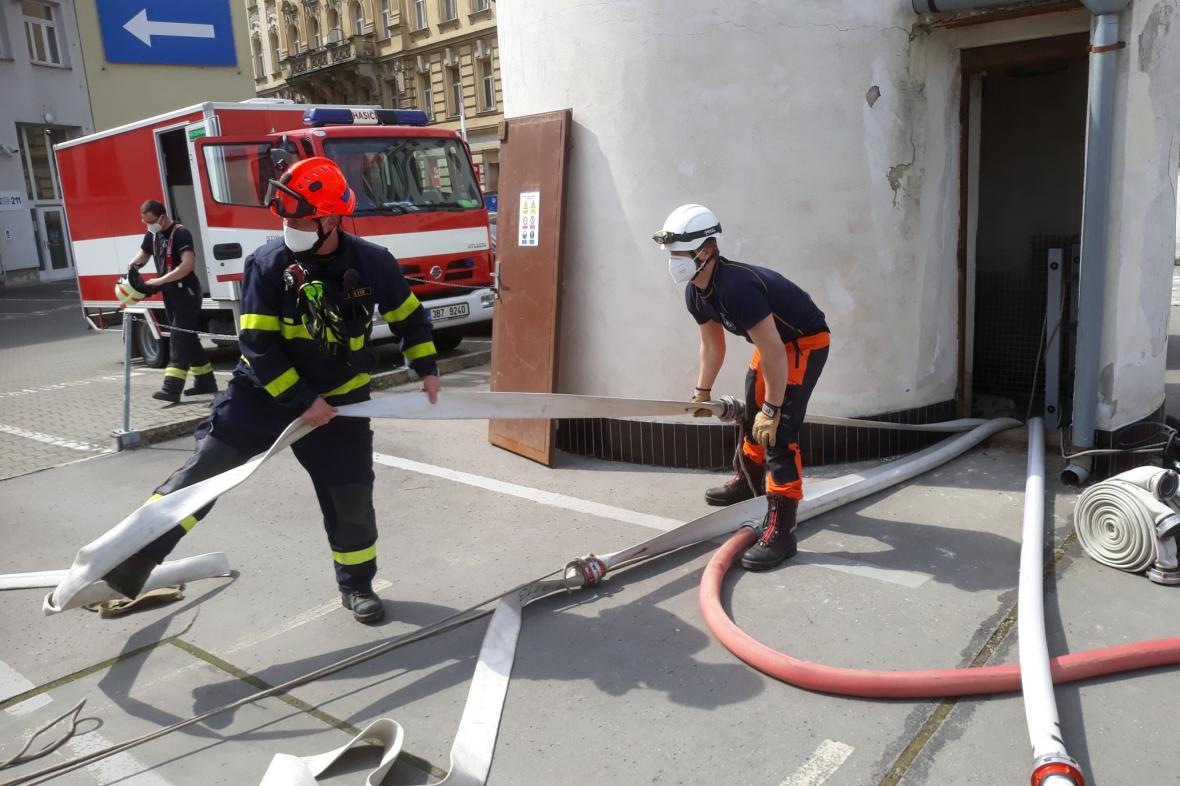 Velká část Brna je kvůi havárii bez vody, hasiči odčerpávají vodu z kolektoru