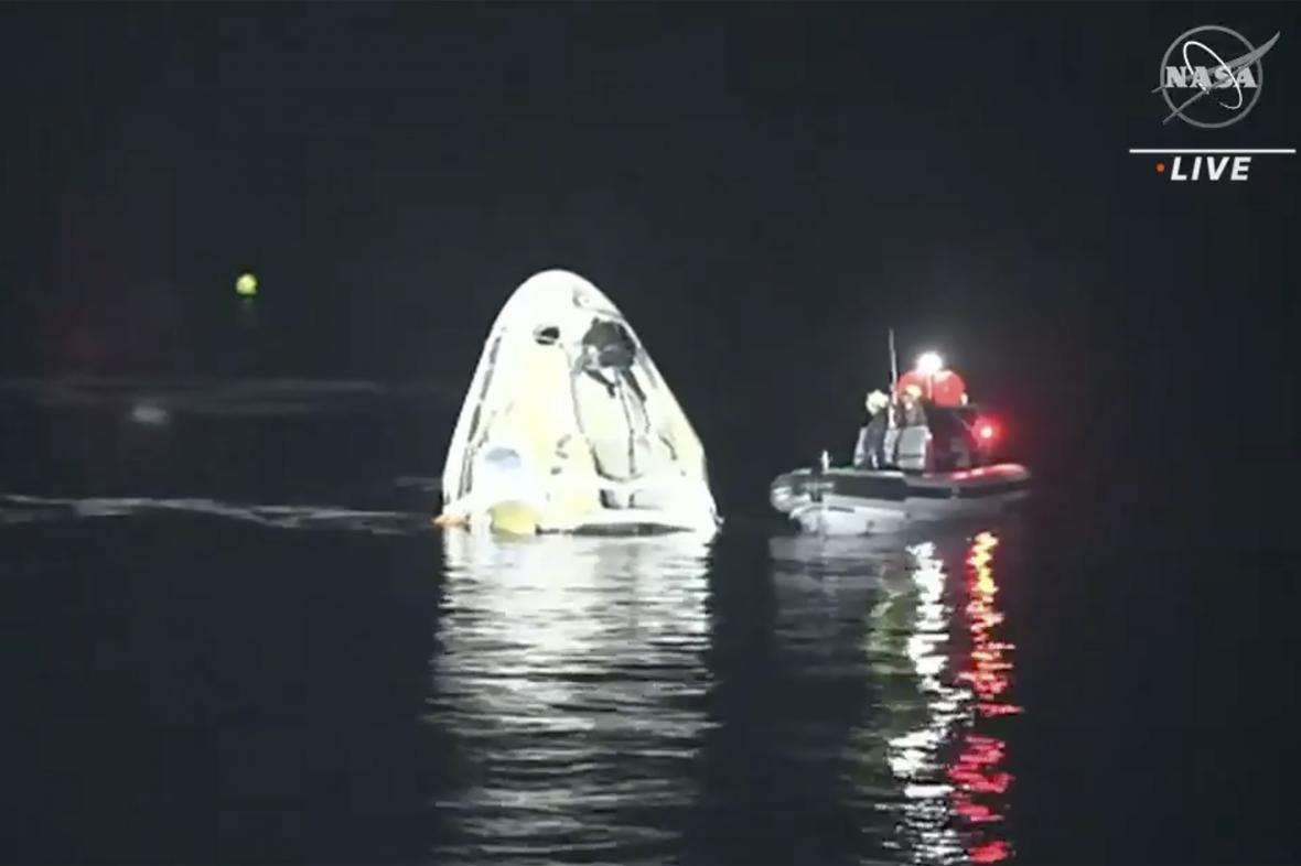 Kapsule SpaceX po přistání na hladině Mexického zálivu