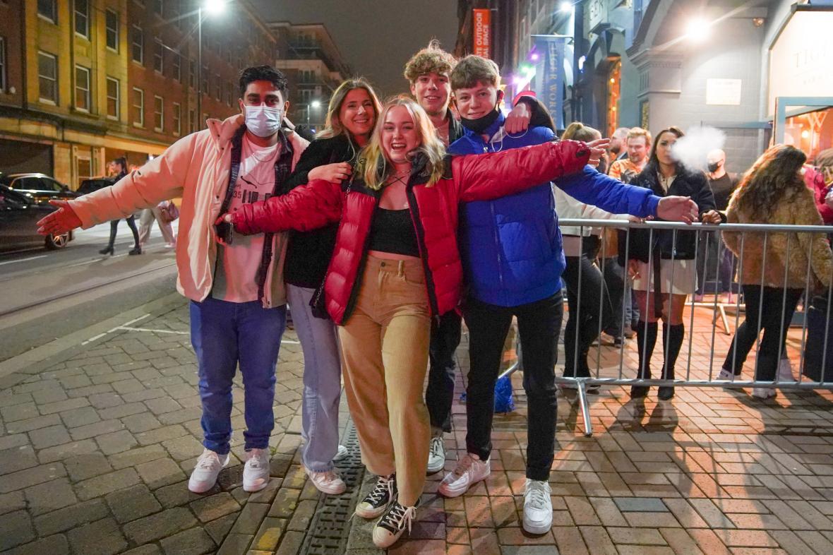 Studenti před barem v Sheffieldu oslavují po půlnoci rozvolnění opatření