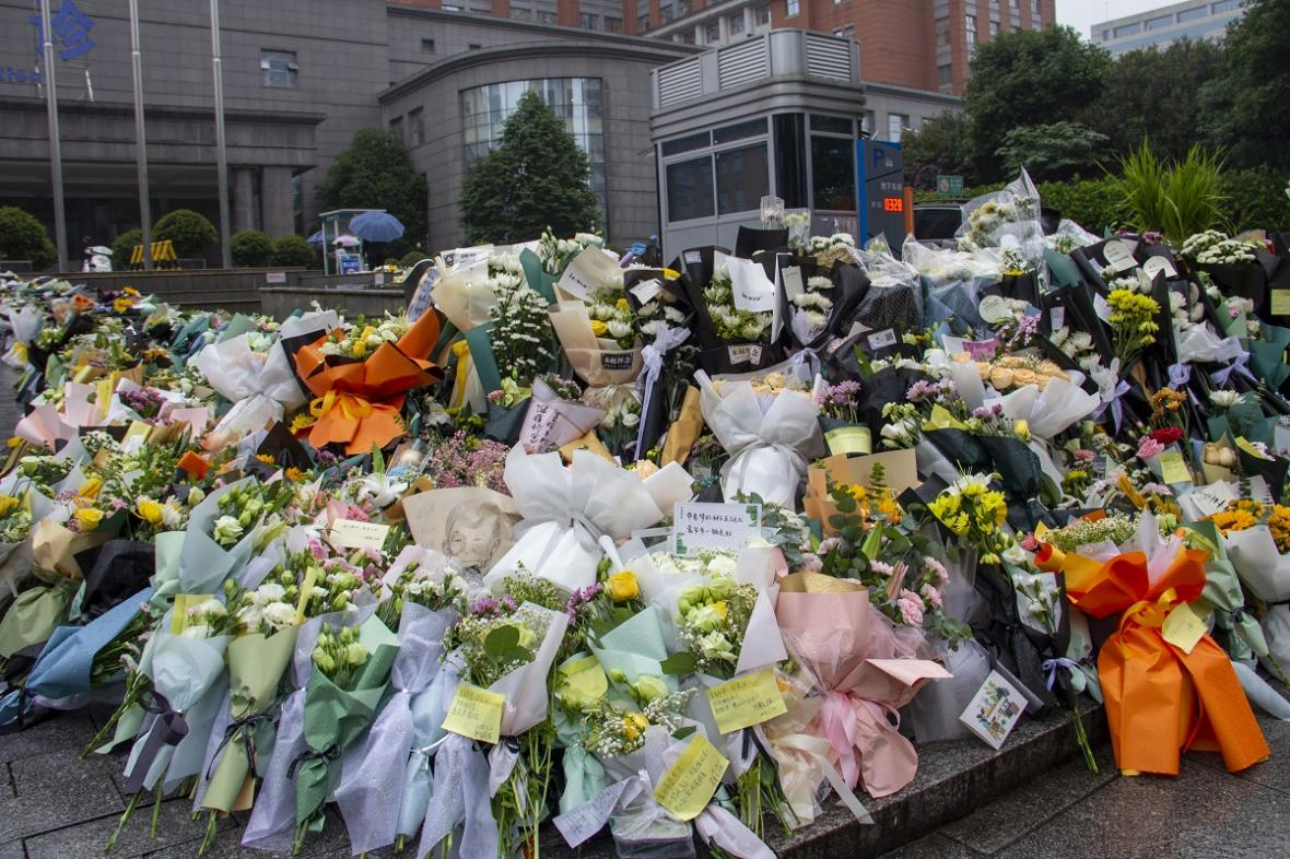 Květiny před nemocnicí, kde zemřel Jüan Lung-pching