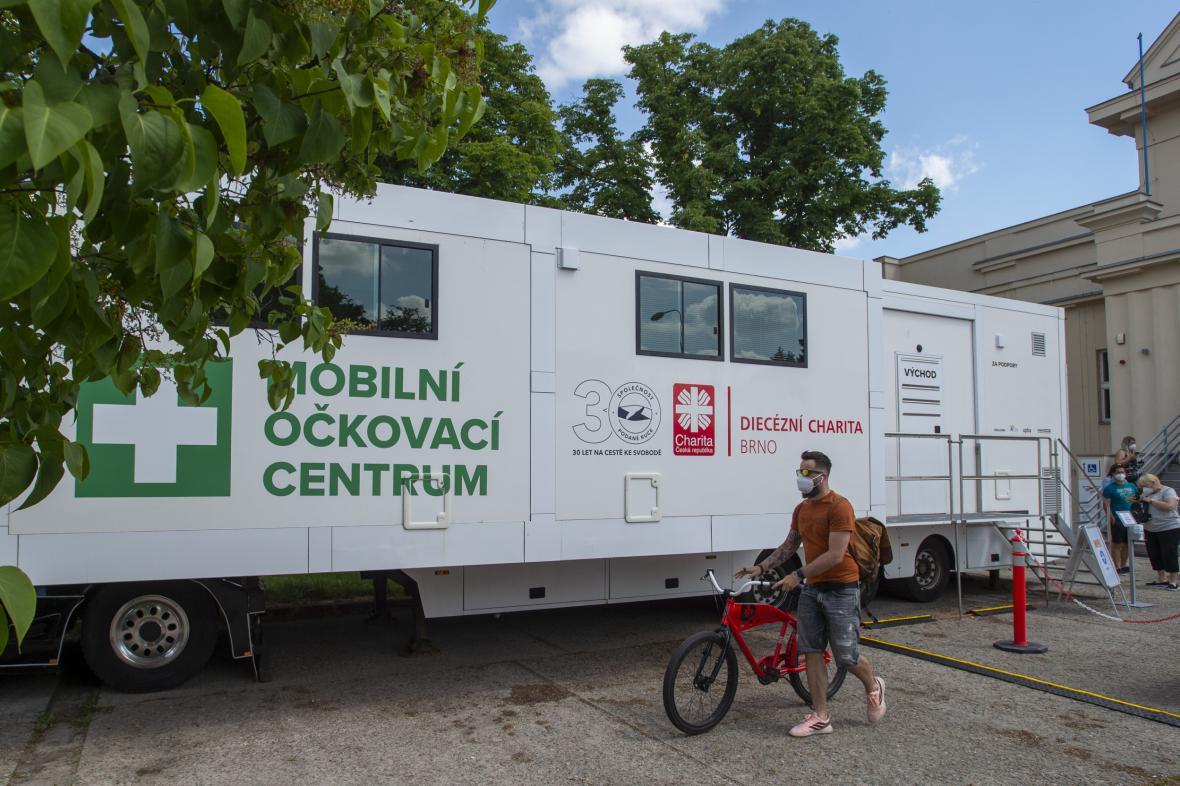 Mobilní očkovací kamion v Pardubicích má urychlit vakcinaci zájemců