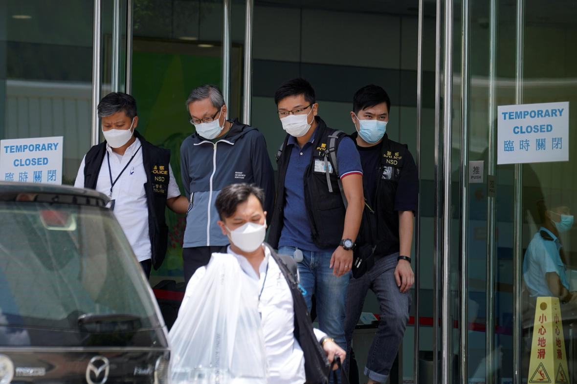 Policie eskortuje výkonného ředitele Apple Daily Cheunga Kima-hunga