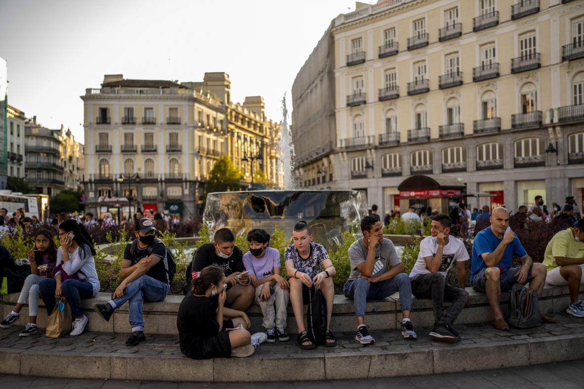 Lidé na náměstí v Madridu