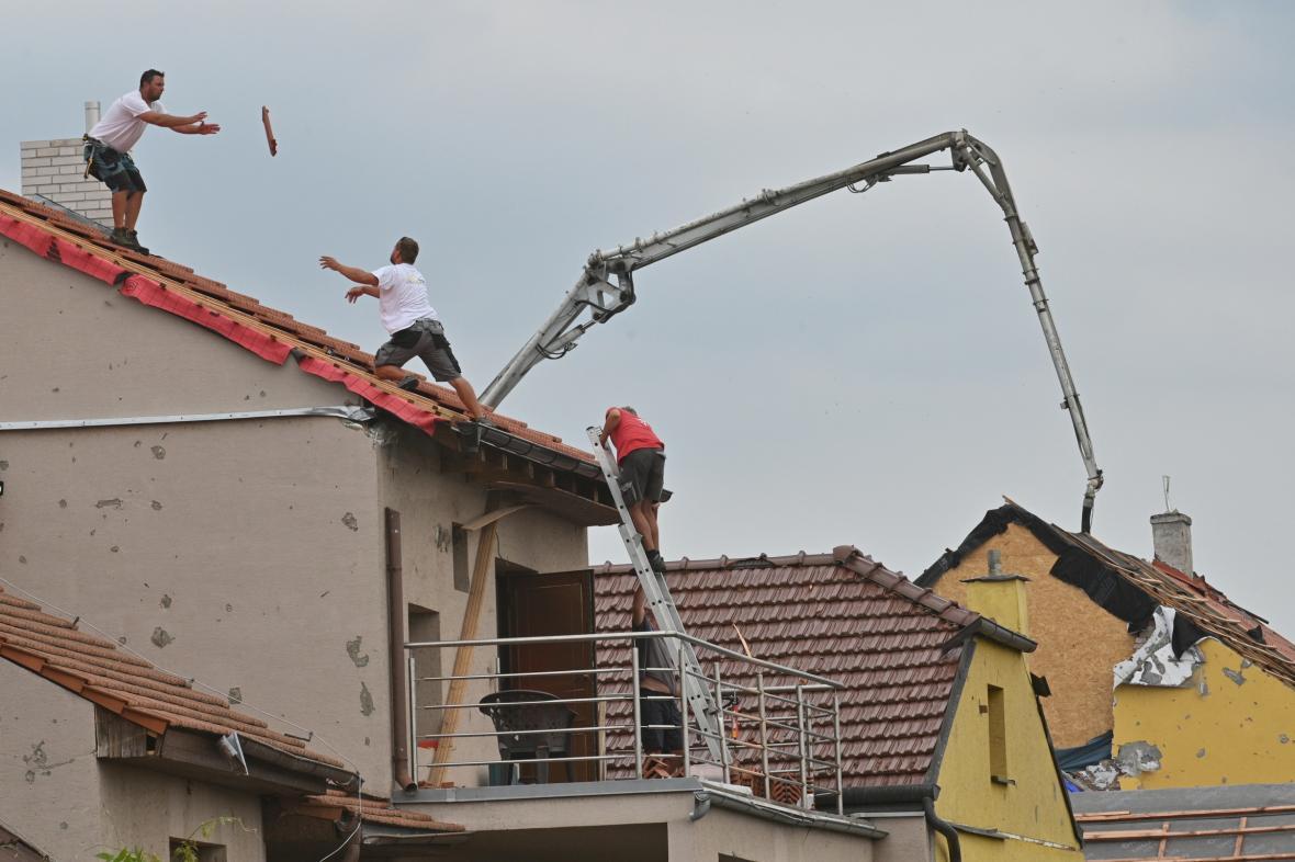 Oprava poničených domů po tornádu v Mikulčicích