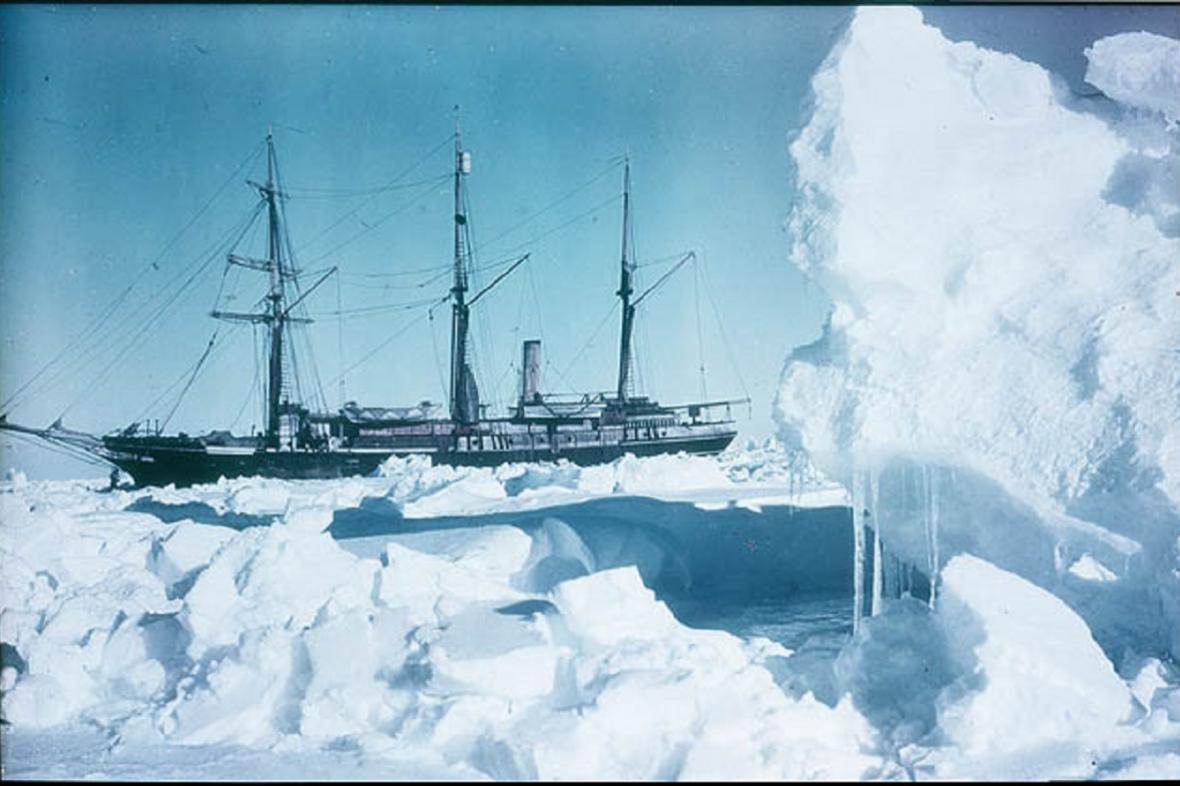 Kolorovaný snímek Endurance zamrzlé v ledu