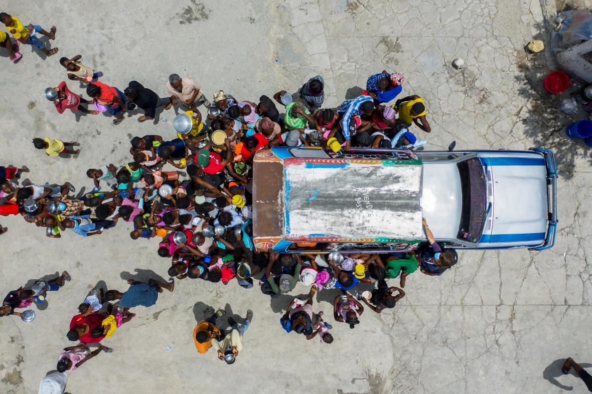 Dobrovolníci na Haiti přivážejí humanitární pomoc