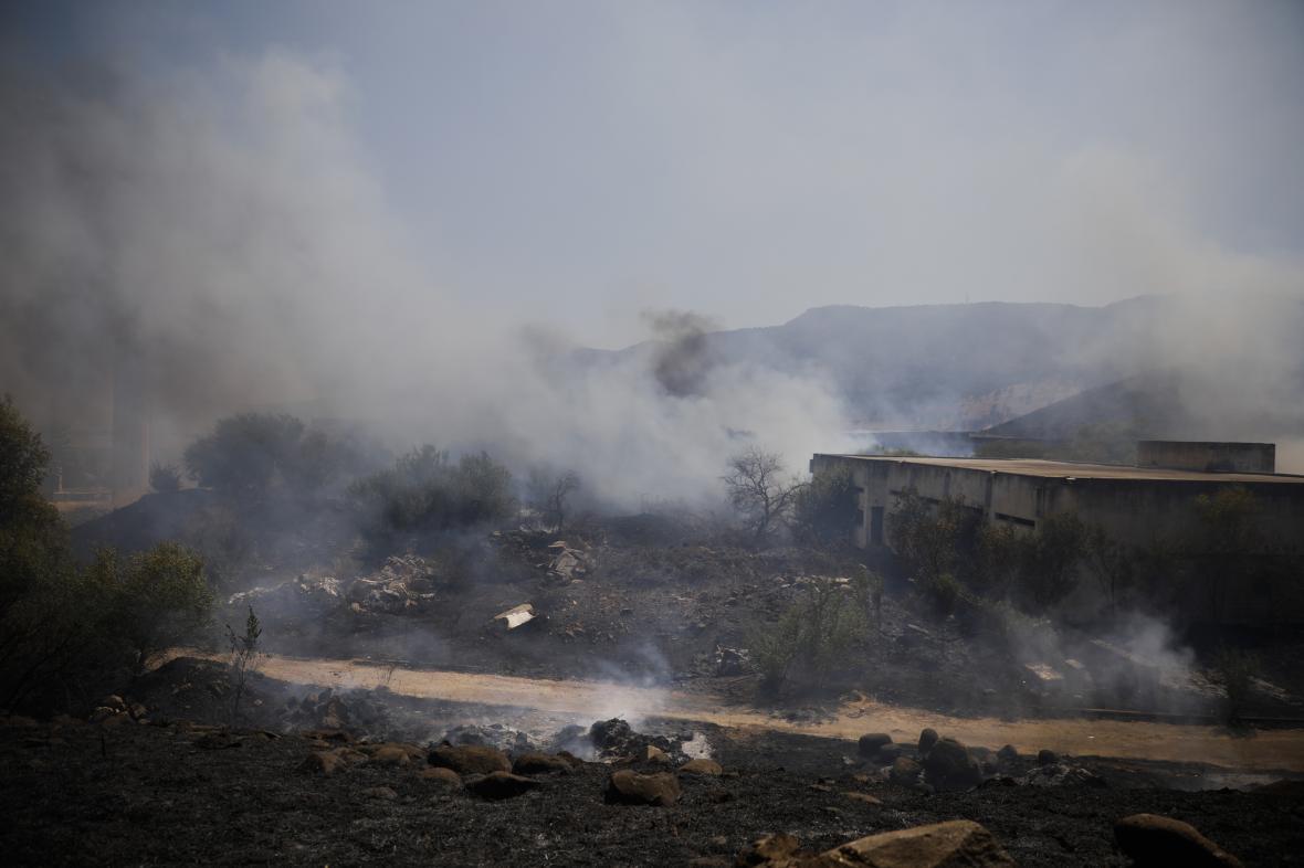 Hořící pole po zásahu rakety vypálené z Libanonu na izraelské území