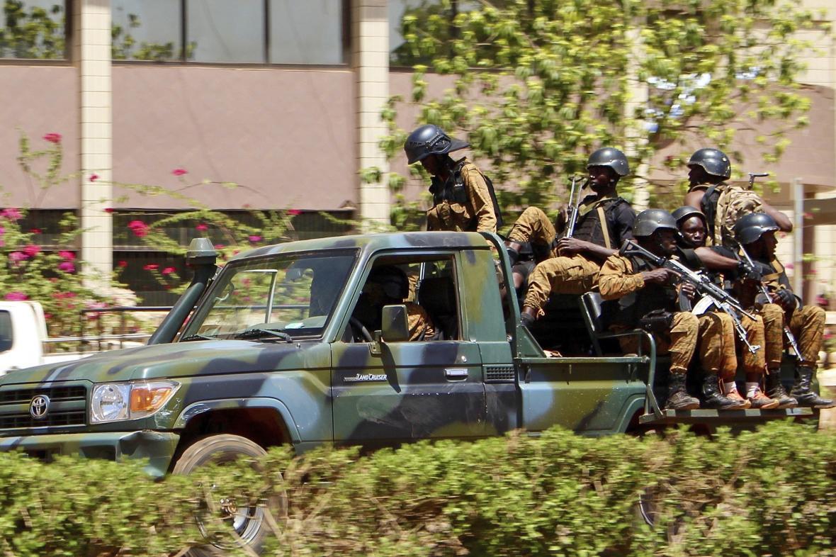 Vládní vojáci v Burkině Faso