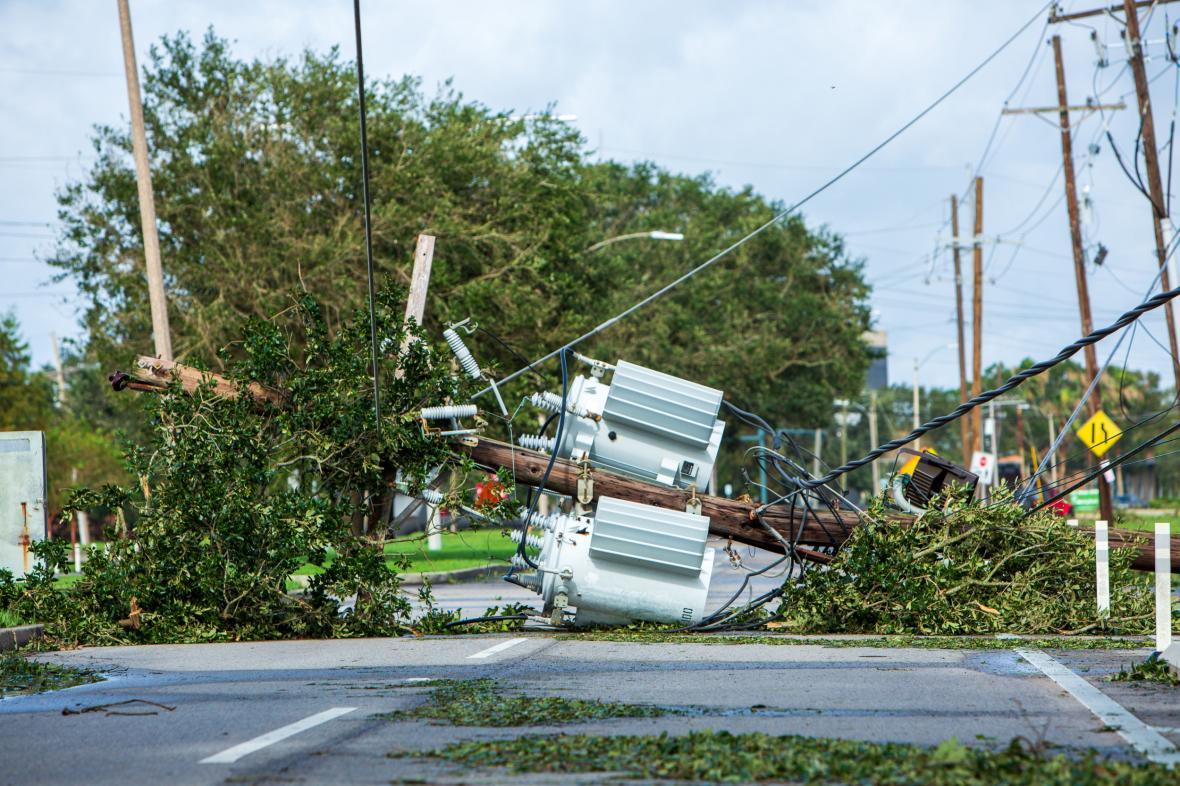 Přerušené elektrické vedení následkem hurikánu