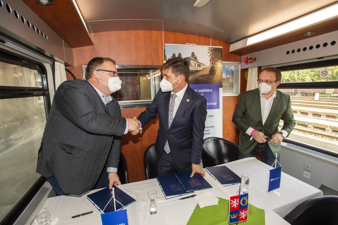 Martin Červíček (uprostřed) a generální ředitel Českých drah Ivan Bednárik (vlevo) při podpisu smlouvy