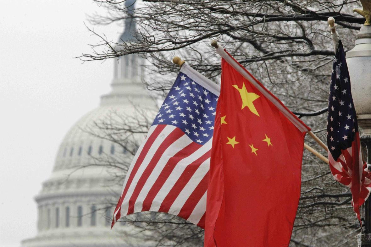 Vlajky USA a Číny před Kapitolem