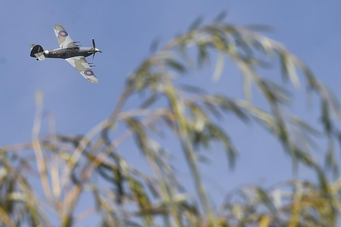 Na počest Kuttelwaschera přeletěl nad Svatým Křížem letoun Hawker Hurricane