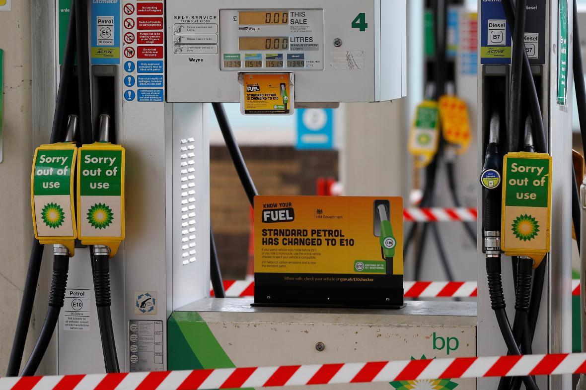 """""""Mimo provoz"""", hlásí nápisy u pump na řadě čerpacích stanic v Británii"""