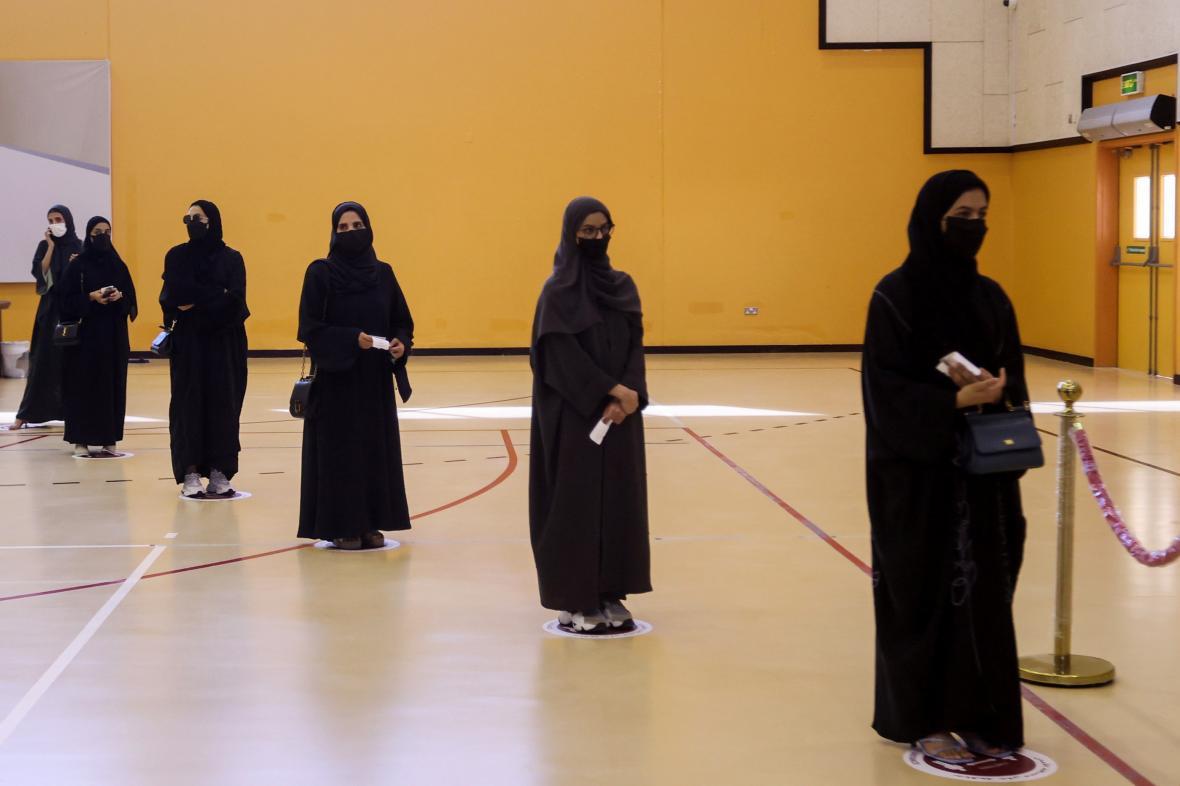 Voliči se řadí ve volební místnosti v katarském Dauhá