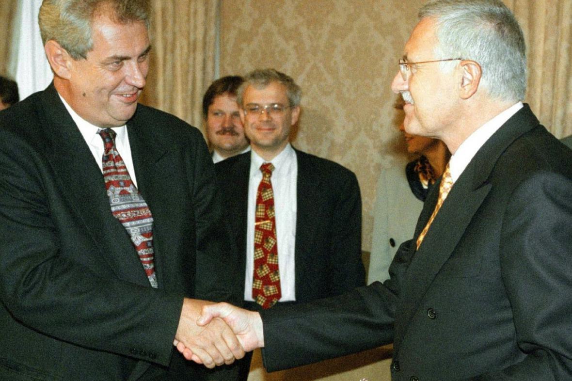 Miloš Zeman a Václav Klaus uzavírají tzv. opoziční smlouvu