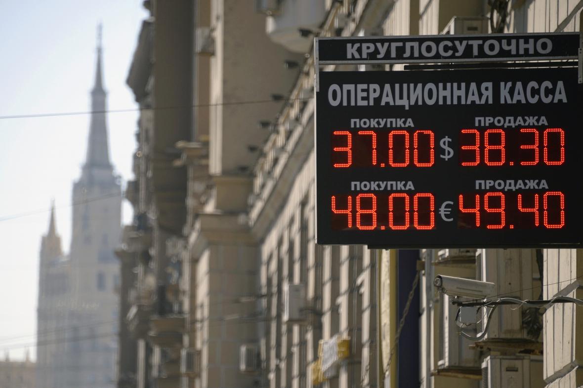 Pád ruské měny pokračuje
