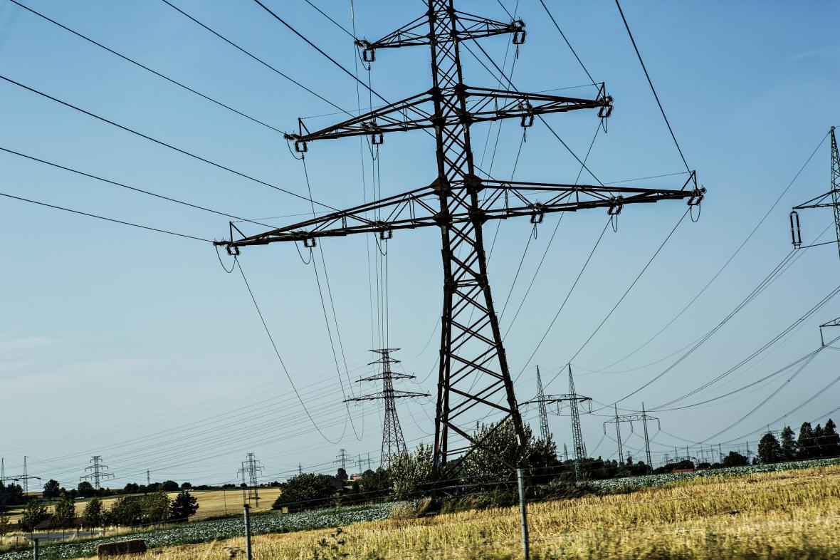 Vysokonapěťové stožáry rozvádí elektřinu