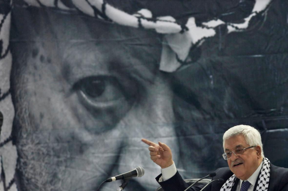 Mahmúd Abbás před portrétem Jásira Arafata