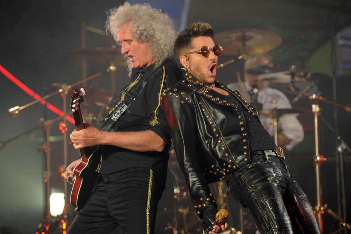 Kytarista Brian May ze skupiny Queen (vlevo) a Adam Lambert