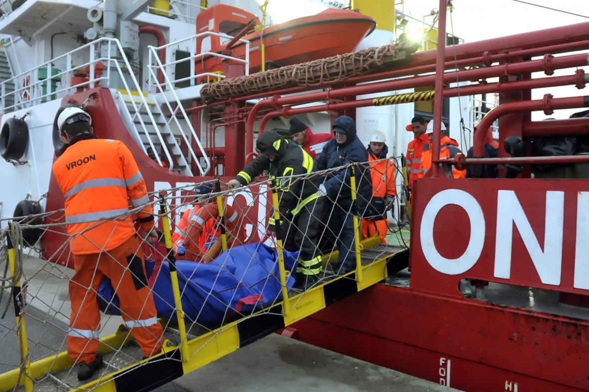 Záchrana cestujících z italského trajektu Norman Atlantic