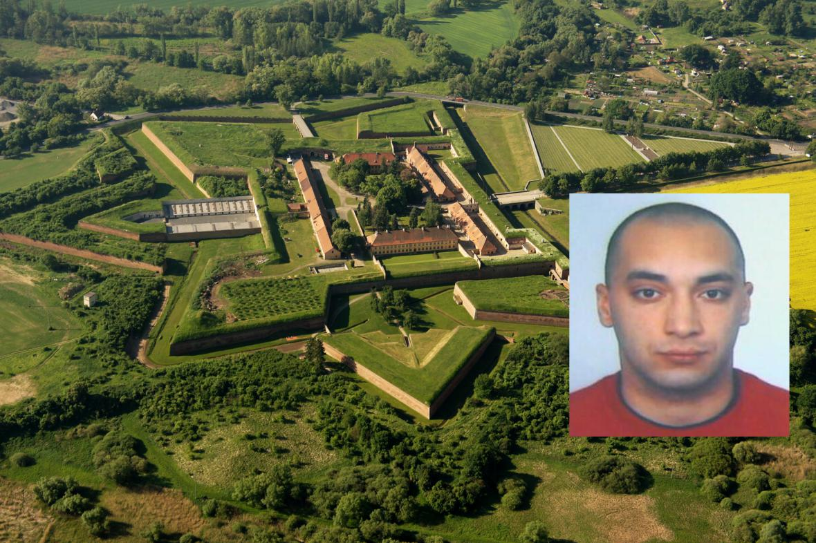 Zatčený hledaný zloděj bronzových destiček z památníku Terezín