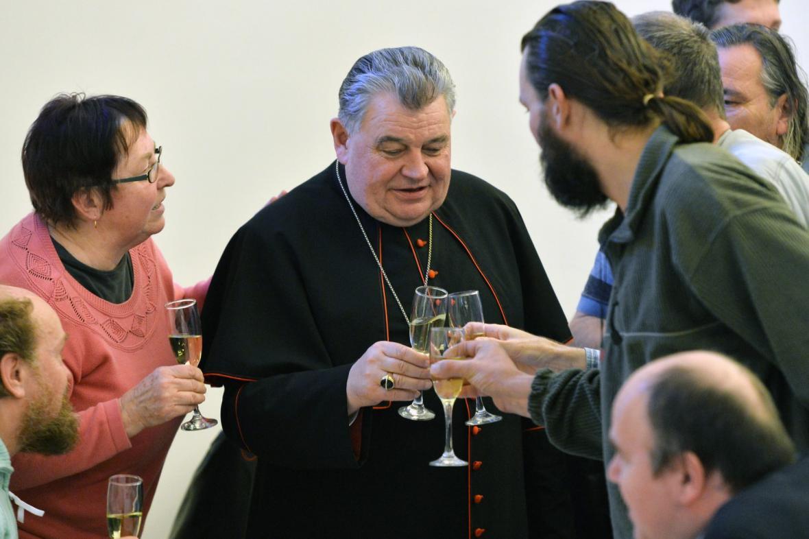 Kardinál Duka poobědval s bezdomovci