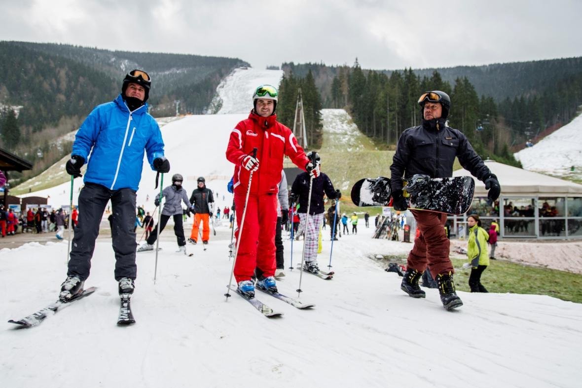 Vánoční lyžaři ve špindlerovském Skiareálu ve Svatém Petru