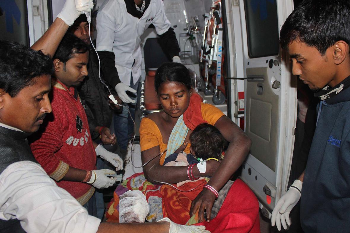 Zraněná žena a dítě po útoku separatistů v Ásámu