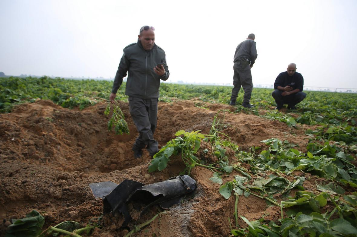 Ohledávání místa dopadu rakety vypálené z pásma Gazy