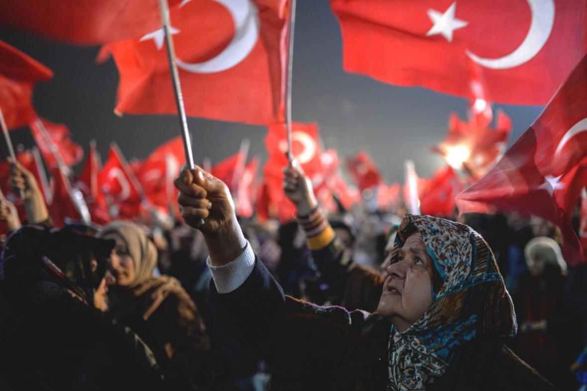 Turci protestují proti razii v médiích