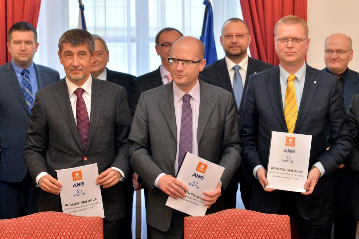 Andrej Babiš, Bohuslav Sobotka a Pavel Bělobrádek při podpisu koaliční smlouvy