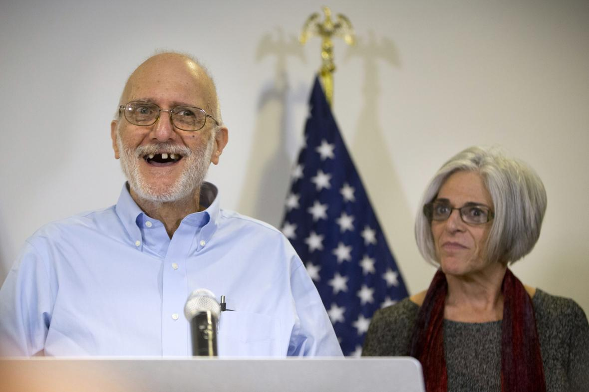 Alan Gross na brífinku s manželkou Judy