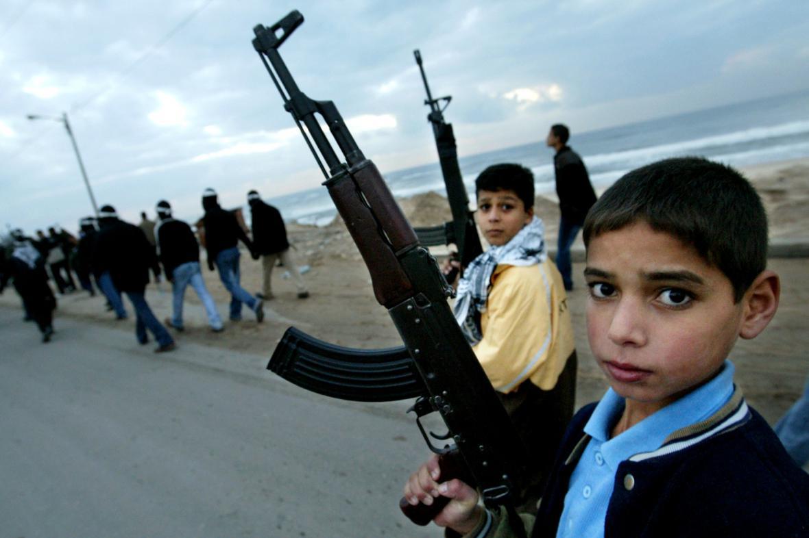 Palestinští chlapci drží samopaly