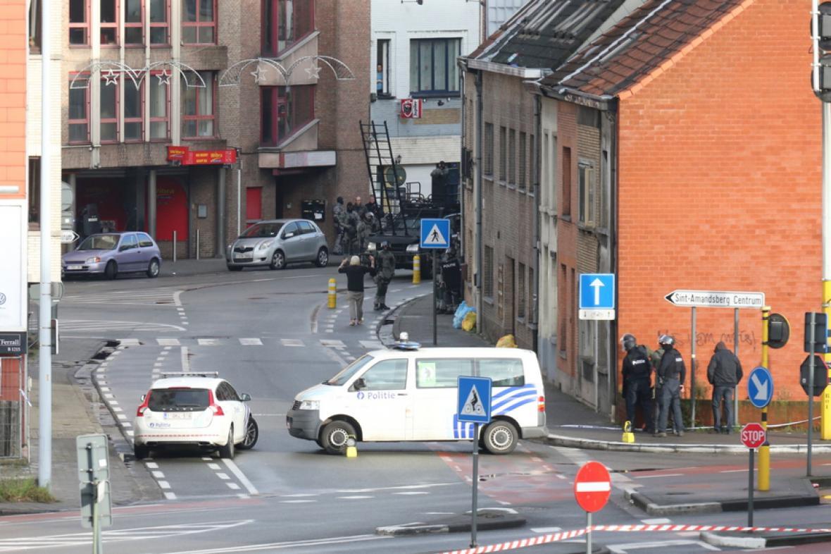 Policie uzavřela okolí bytu