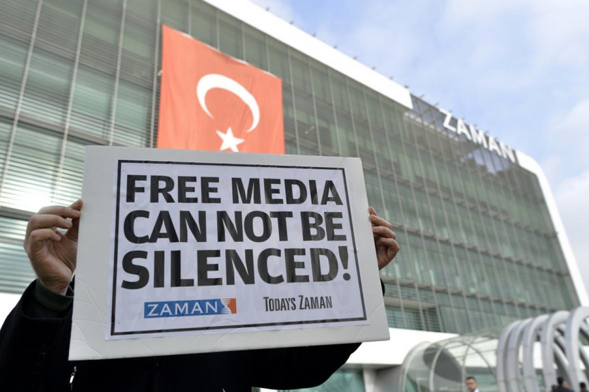 Protest před redakcí deníku Zaman