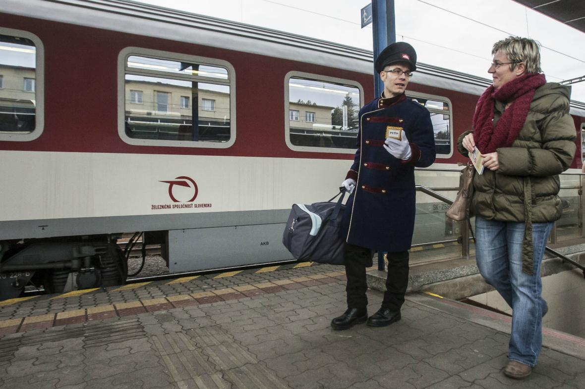 Na bratislavském nádraží pomáhají cestujícím nosiči zavazadel